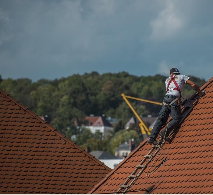 Kattoremontti kannattaa teetättää ajoissa, sillä se suojaa koko rakennusta.